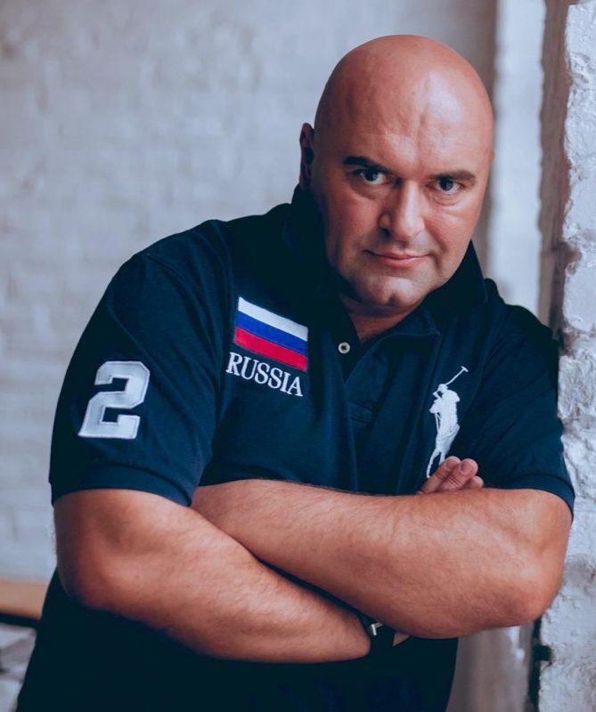 Российский блогер Григорий Погосян рекомендует пользоваться кислородными баллончиками для защиты от COVID-19