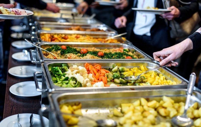 Компенсация расходов на питание облагается взносами и НДФЛ
